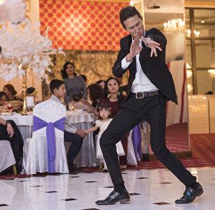 Танцор группы We'll be Максат Токтоналиев на свадебном мероприятии. Архивное фото