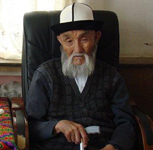 Кыргыз Республикасынын Баатыры, Кыргызстандын эл артисти, манасчы Жусуп Мамайдын архивдик сүрөтү