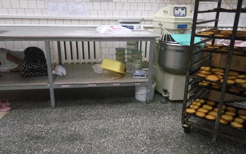 Сотрудник сети быстрого питания спит на рабочем месте