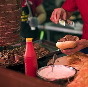 Мужчина готовит гамбургер в одном из фастфудов Бишкека. Архивное фото