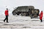 Бишкек — Ош унаа жолундагы кооптуу жерлерде кар көчкүсүн атайылап түшүрүү иштери. Архивдик сүрөт