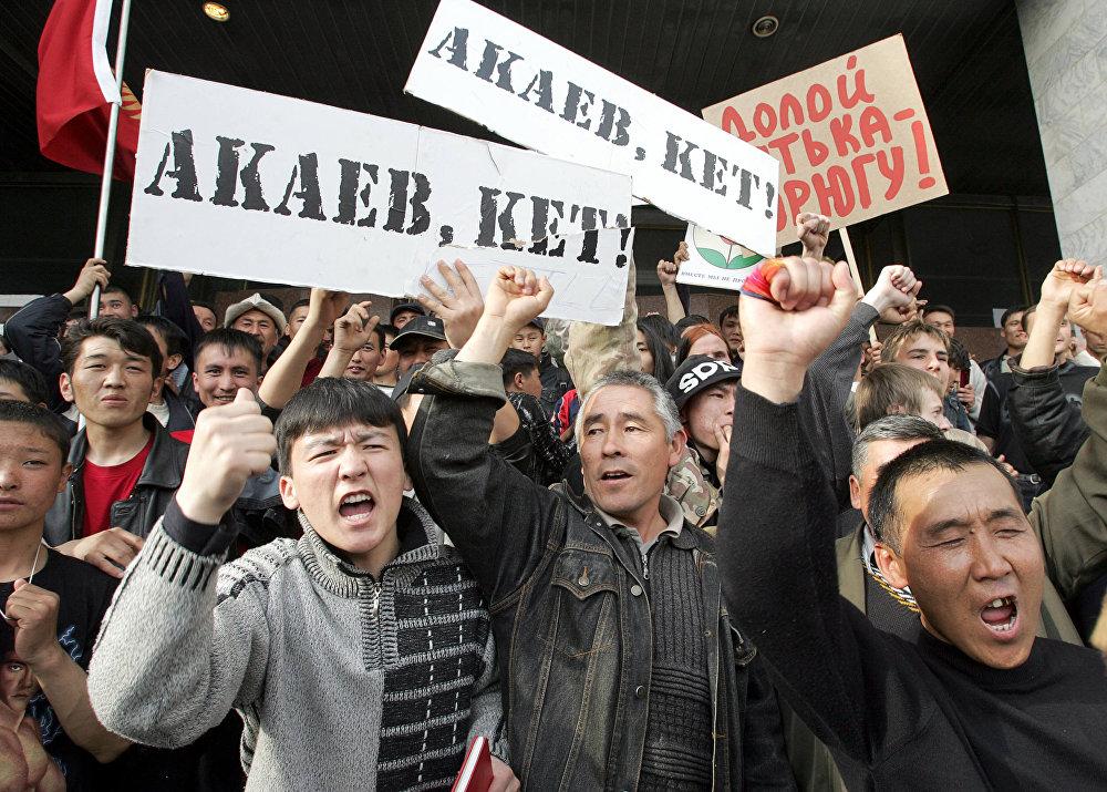 Оппозициялык күч президент Аскар Акаевдин отставкасын талап кылууда