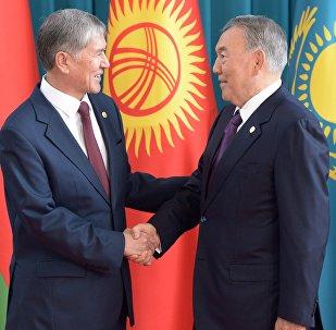 Кыргызстандын жана Казакстандын президентери Алмазбек Атамбаев менен Нурсултан Назарбаев жолугушуу учурунда