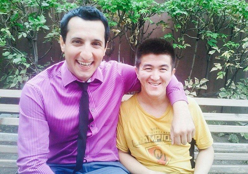 Оператор телеканала ТНТ из Кыргызстана Эмил Раев с актером сериала Универ Араратом Кещяном
