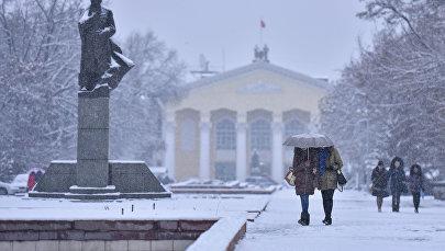 Жусуп Баласагын атындагы Кыргыз улуттук университетинин имаратынын алдынан өтүп бараткан студенттер. Архивдик сүрөт