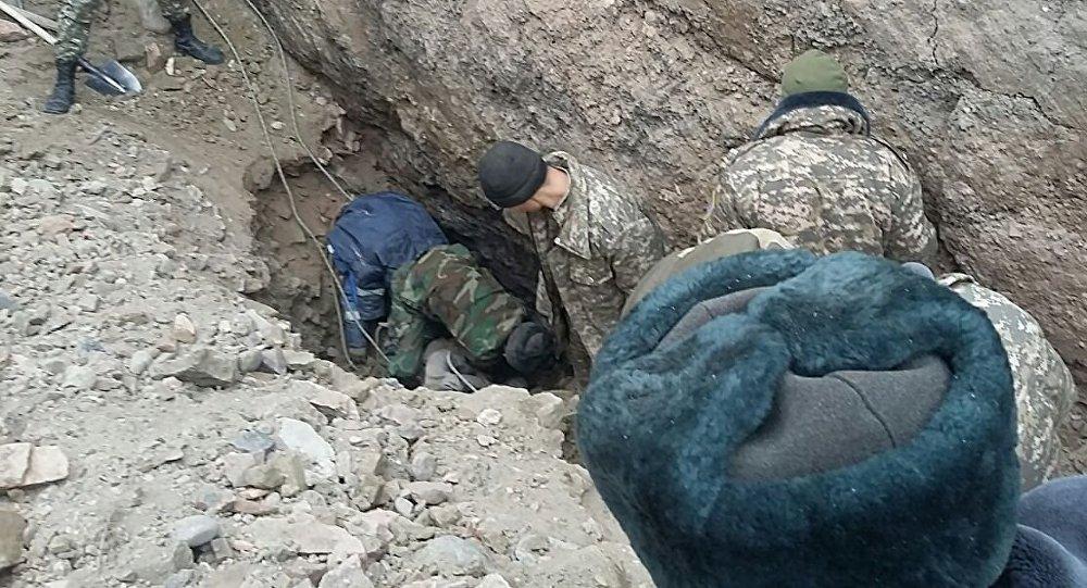 Cотрудники экстренных служб отыскали четвертого шахтера, оставшегося под завалом вТаш-Кумыре