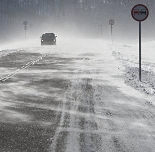 Автомобиль на снежной дороге. Архивное фото