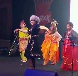 Малазийка танцует кара жорго на корпоративе Футбольной ассоциации Азии