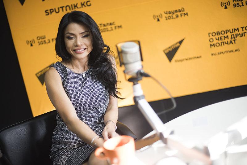 Учительница танцев и фитнес-тренер в Бишкеке Сюзи Эйг в радиостудии Sputnik Кыргызстан