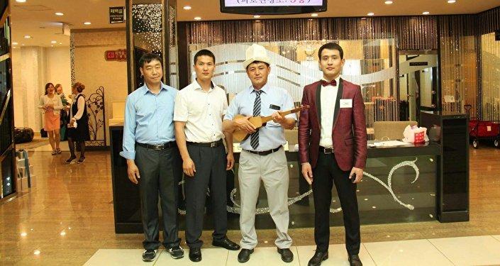 Кореядагы кыргыз тойлорунда комуз, аккордеондун коштоосунда жандуу ырдашат