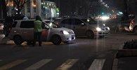 Сотрудники Патрульной милиции перекрывают проспект Чуй. Архивное фото