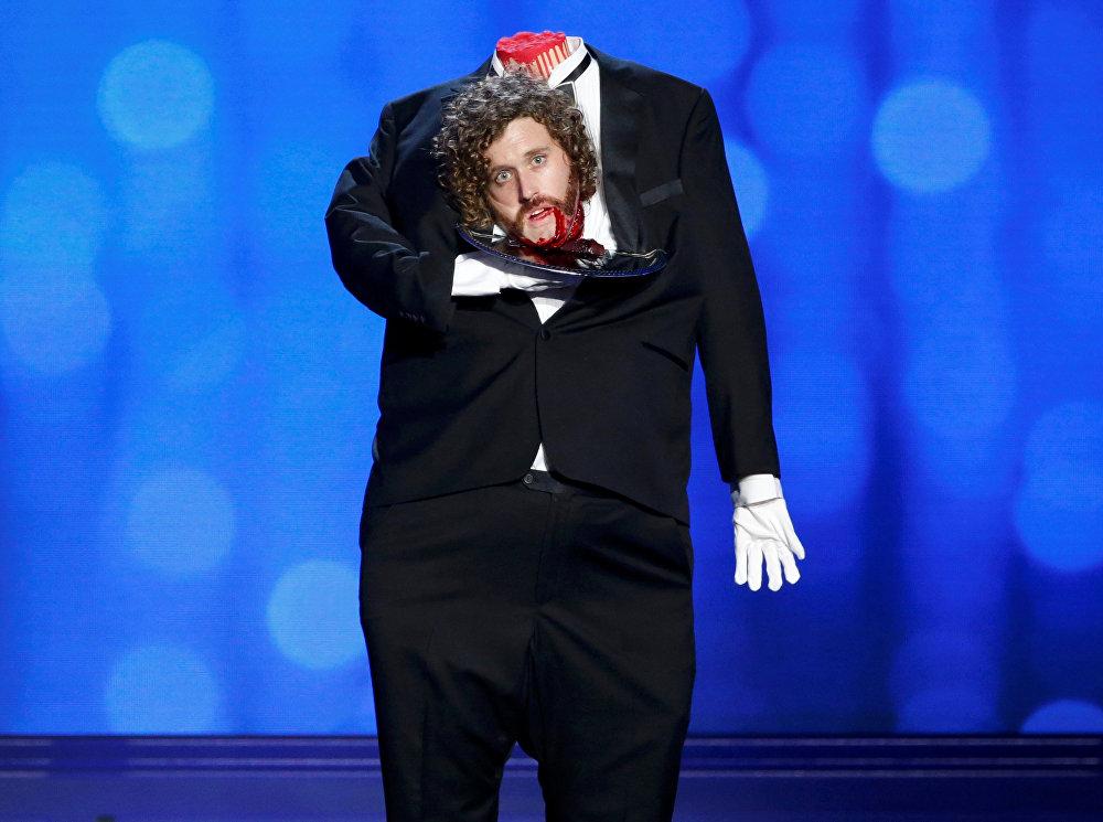 АКШнын Санта-Моника шаарындагы Critics Choice Movie Awards сыйлыгын тапшыруу аземиндеги Ти Джей Миллер. Critics Choice Movie Awards же Сынчылардын тандоосу деп аталган кинопремия Оскарга даярдануу болуп саналат