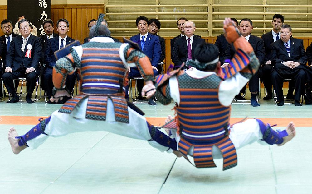 Россия президенти Владимир Путин Япониянын премьер-министри Синдзо Абэ менен Токидогу Кодокон деп аталган күрөш борборунда. Бул жерден дзюдонун салттуу ыкмалары көрсөтүлдү. Россия жетекчиси Японияга эки күндүк сапар менен барган