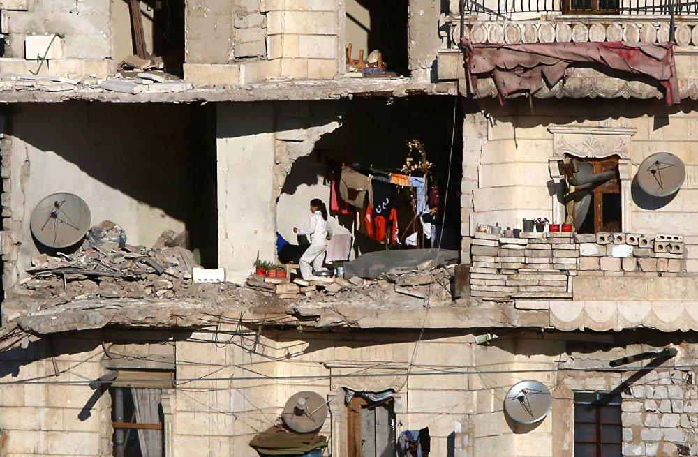 Алепподогу сириялык жарандар. Өкмөттүк аскерлер чыгыш Алеппону согушкерлердин колунан бошотууну улантышууда