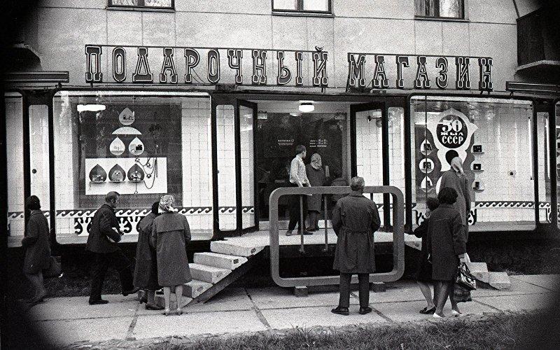 Так выглядел подарочный магазин во Фрунзе в 1976 году. Витрину украшали национальные узоры, а вывеска уже в то время была неоновой
