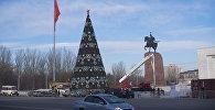 Сотрудники муниципальной службы устанавливают гирлянды на главную новогоднюю елку страны на площади Ала-Тоо в Бишкеке