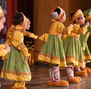 Дети во время выступления. Архивное фото