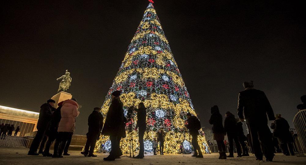 Горожане у новогодней елки на площади Ала-Тоо в Бишкеке. Архивное фото