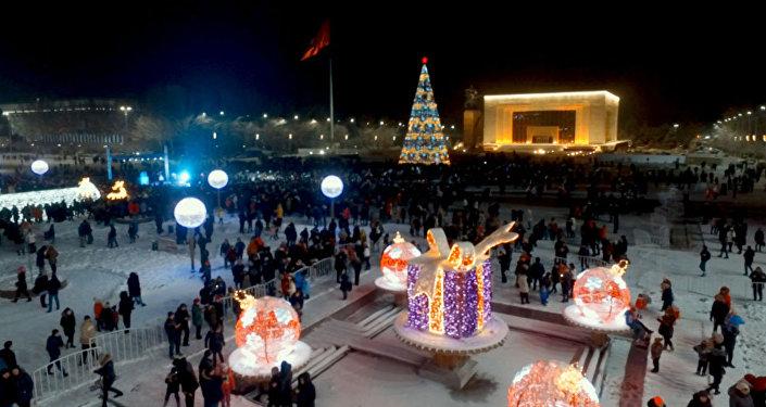 Если вы не успели на торжественное открытие новогодней площади, смотрите крутое видео с церемонии зажжения главной новогодней ели Кыргызстана и сказочных декораций.