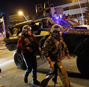 Турецкая полиция возле картинной галереи, где было нападение на посла России в Турции Андрея Карлова в Анкаре, Турция. Архивное фото