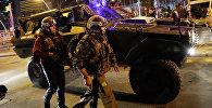 Турецкая полиция возле картинной галереи, где было нападение на посла России в Турции Андрея Карлова в Анкаре, Турция, 19 декабря 2016 года
