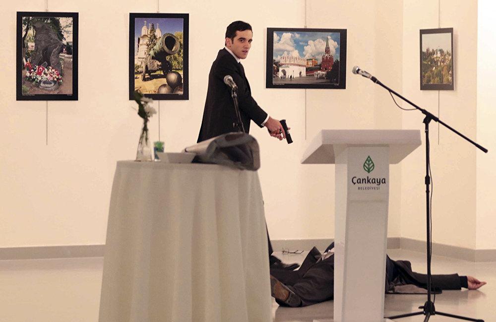 Анкарадагы сүрөт көргөзмөсүнүн ачылышында Түркиядагы орус элчиси Андрей Карловго кол салуу болуп, ал каза болду. Элчиге ок аткан Мевлют Мерт Алтынташ полиция кызматкери болуп чыкты