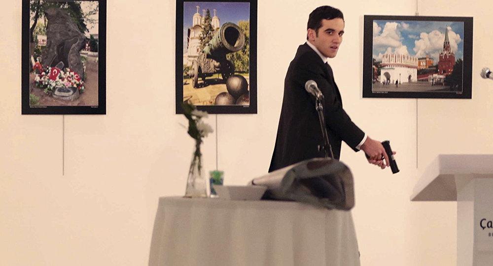 Вооруженный мужчина рядом с телом посла России в Турции Андрея Карлова в галерее в Анкаре