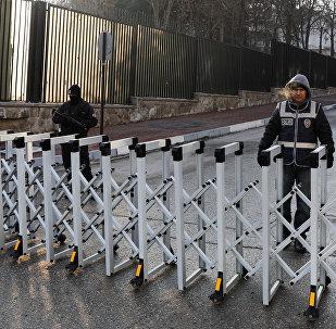Турецкая полиция стоят на страже у российского посольства в Анкаре