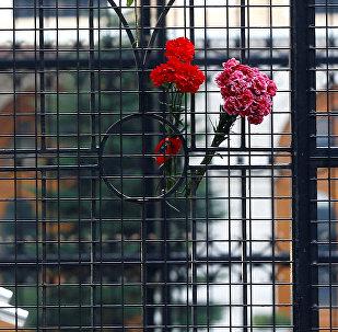 Цветы на воротах российского консульства в Стамбуле, Турция. Архивное фото