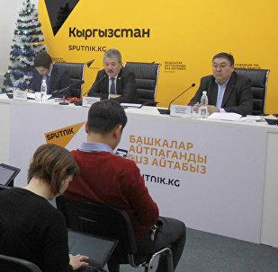 Участники пресс-конференции на тему Об основных параметрах республиканского бюджета на 2017 год и прогнозах на 2018–2019 годы в мультимедийном пресс-центре Sputnik Кыргызстан