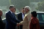 Президент КР Алмазбек Атамбаев в рамках государственного визита в Индию встретился с премьером этой страны Нарендрой Моди.