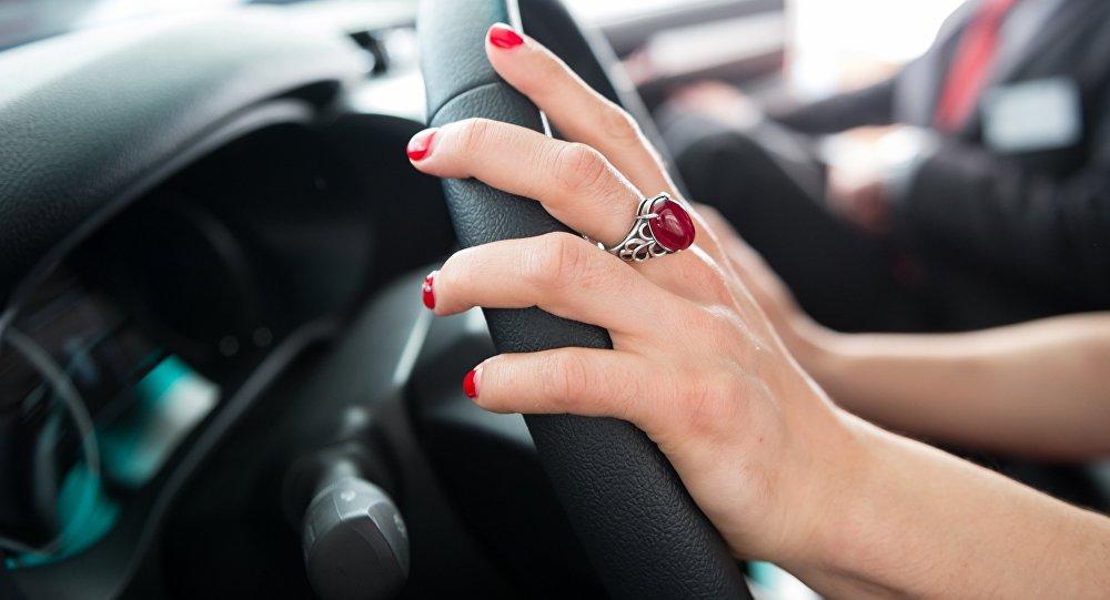 Женщина за рулем автомобиля. Архивное фото