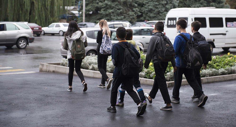 Бишкекте айдоочу окуучуну сүзүп качып кетти