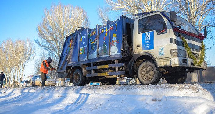 Сотрудники Тазалыка украсили 8 мусоровозов в новогоднем стиле