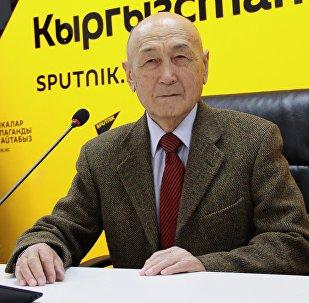 Спикер легендарного парламента Медеткан Шеримкулов в мультимедийном пресс-центре Sputnik Кыргызстан во время видеомоста 25 лет СНГ: путь потерь и достижений