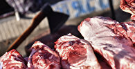 Мясо на прилавке рынка в Бишкеке