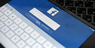 Страница социальной сети Фейсбук на планшете. Архивное фото