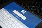 Планшетте ачылган Фейсбук социалдык тармагы. Архивдик сүрөт