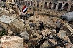 Член сил, лояльных к президенту Сирии Башара аль-Асада пытается возвести сирийский национальный флаг внутри мечети Омейядов, в контролируемой правительством области Алеппо. Архивное фото