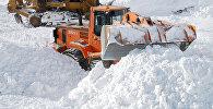 Расчистка дорог от снежных лавин. Архивное фото
