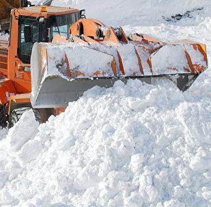 Расчистку дорожного полотна от снежных завалов. Архивное фото