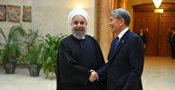 Кыргызстан президенти Алмазбек Атамбаев жана Иран башчысы Хасан Роуханинин архивдик сүрөтү
