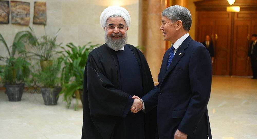 Президент Алмазбек Атамбаев во время встречи с президентом Ирана Хасаном Роухани в Бишкеке. Архивное фото