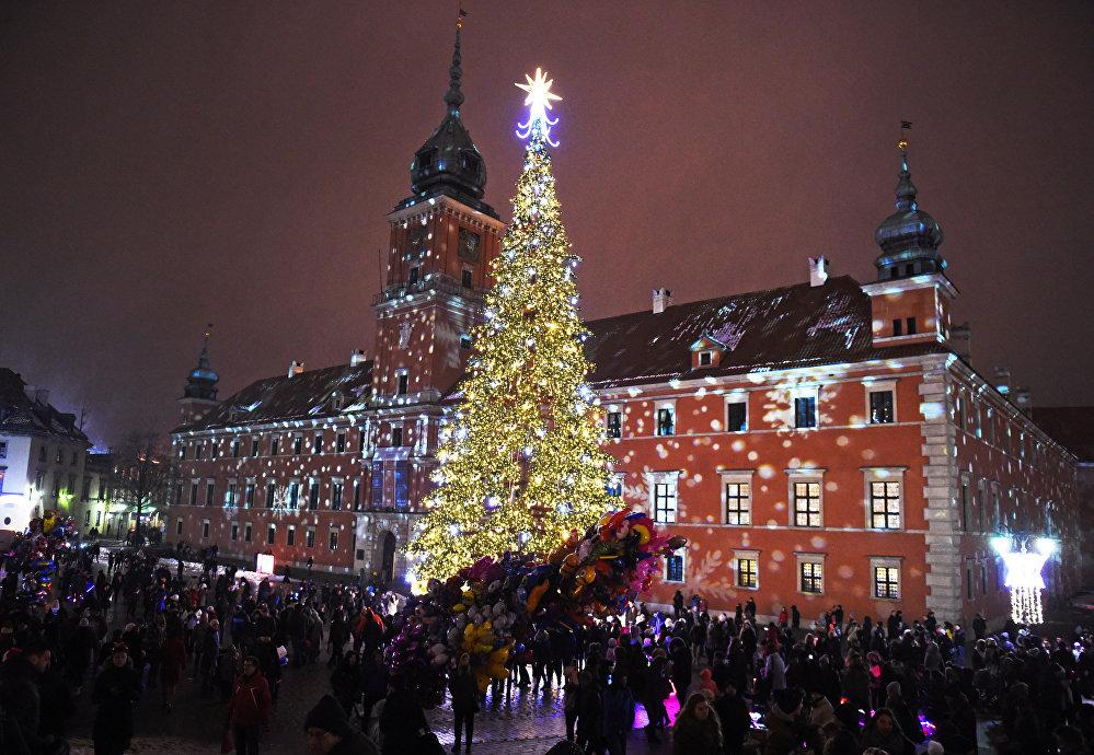 Варшаванын башкы балатысынын жанына чогулган эл