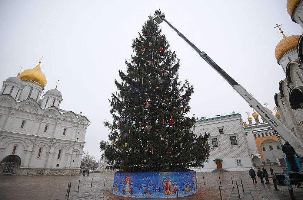 Москвадагы Кремлдин Собор аянтындагы балатыны кооздоп жаткан учур