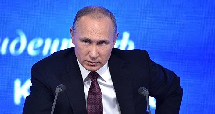 Президент РФ Владимир Путин на двенадцатой большой ежегодной пресс-конференции в Центре международной торговли на Красной Пресне.