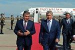 Президент Кыргызской Республики Алмазбек Атамбаев с премерь-министром Узбекистана Шавкатом Мирзиёевым во время рабочего визита в Ташкент. Архивное фото