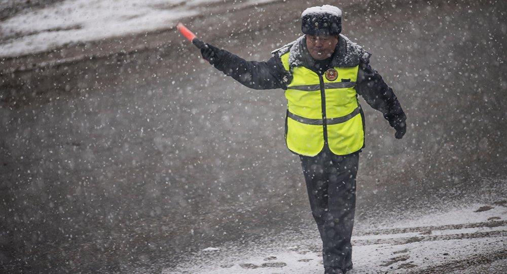 Сотрудник Патрульной милиции регулирует движение на дороге Бишкека. Архивное фото