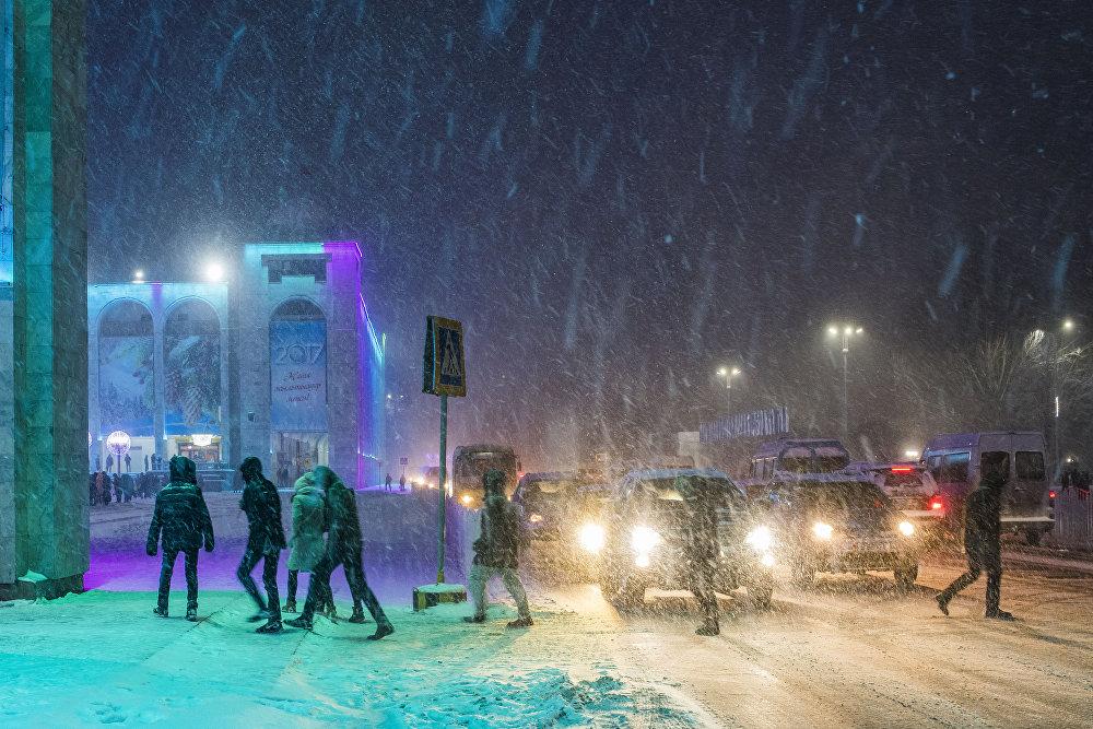 Бурганактуу кечки Бишкек.  Кардын романтикасы азырынча айдоочуларга эле жакпай турат