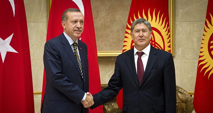 Президент КР Алмазбек Атамбаев и глава Турции Реджеп Тайип Эрдоган во время встречи в государственной резиденции Ала-Арча в столице Кыргызстана